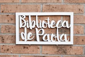 Cartel_biblioteca_madera_Paola